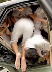 Много людей в автомобиле