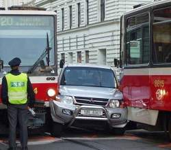 Аварія автомобіля і трамвая
