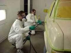 Маляри фарбують автомобіль